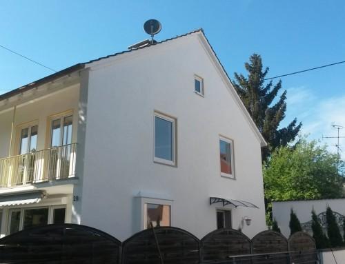 Fassade in Weiß und Gelb streichen