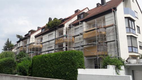 Fassade vorher und Gerüstaufbau