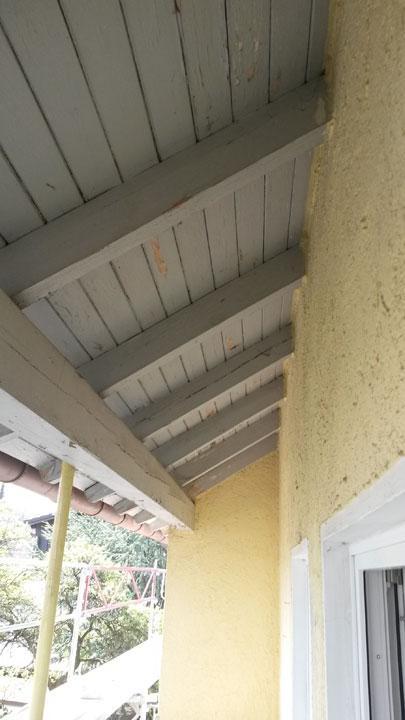 Alte Farbe der Dachuntersicht