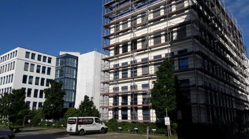 Links fertige Fassade und rechts Fassade vorher
